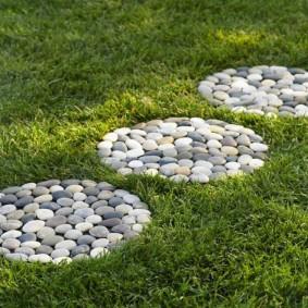 Декор газона природным камнем