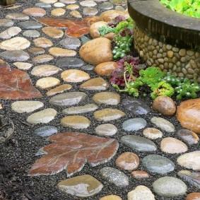 Тропинка в саду из искусственного камня
