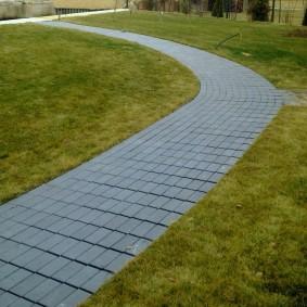 Садовая дорожка с прямой укладкой плитки