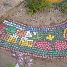 Цементная дорожка с покрытием из пластиковых крышек