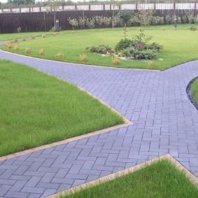 Садовые дорожки с укладкой плитки елочкой