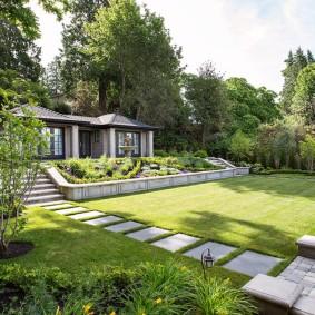 Ровный газон в саду современного стиля
