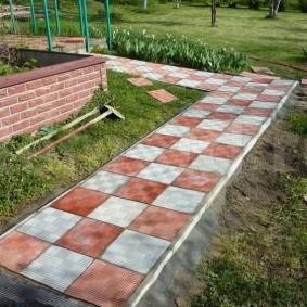Прямая дорожка с бетонными бордюрами