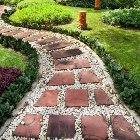 Садовая дорожка из красного камня с белым гравием