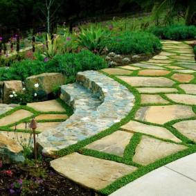Садовая лесенка с каменными ступенями