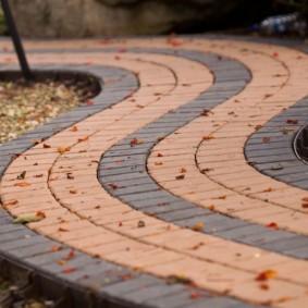 Изгиб садовой дорожки из цементной плитки