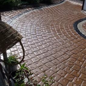 Садовая плитка с рельефной поверхностью