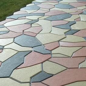 Разноцветная плитка на бетонной основе