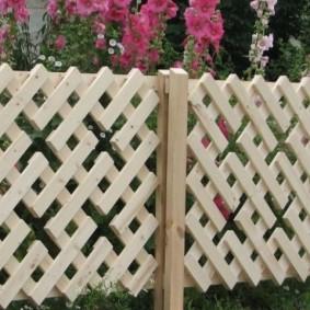 Деревянный забор из коротких дощечек