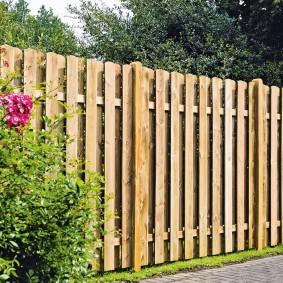 Высокий забор из строганных досок