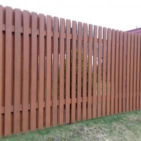 Коричневый забор из деревянного штакетника