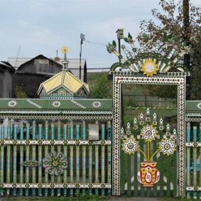 Красивая ограда из резного штакетника