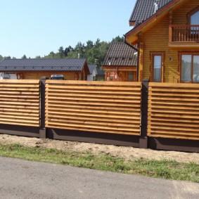 Деревянный забор на загородном участке
