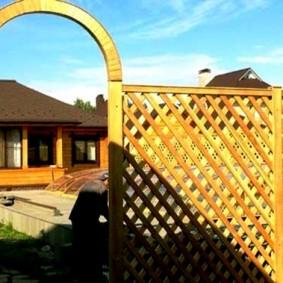 Забор из тонких реек на дачном участке