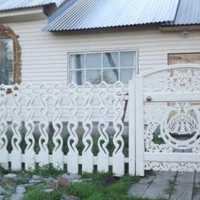 Белый забор из резного штакетника