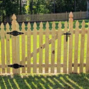 Простой забор с деревянной калиткой