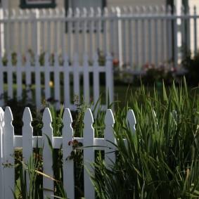Деревянный заборчик белого цвета