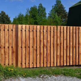 Глухая ограда из сосновых досок