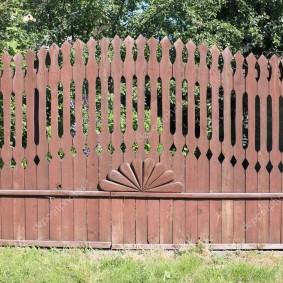 Деревенский забор из узкого штакетника