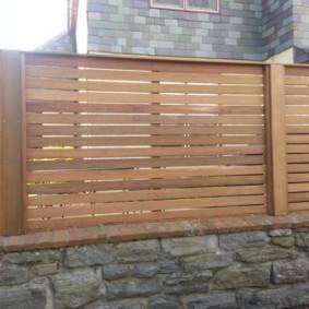 Надежная ограда на цоколе с каменной отделкой