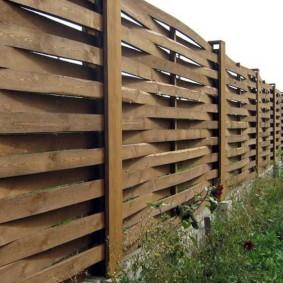 Деревянная пленка на садовом заборе