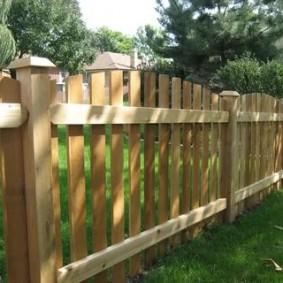 Деревянный забор с полукруглым верхом