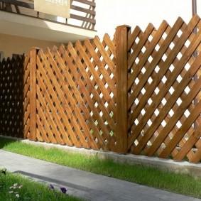 решетчатый забор из штакетника на садовом участке