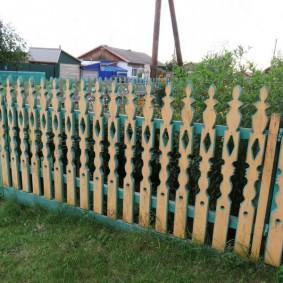 Забор из резного штакетника в палисаднике дома
