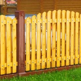 Деревянный забор с отделкой влагостойким лаком