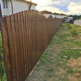 Красивая ограда перед деревенским домом