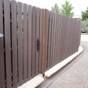 Темно-коричневая отделка деревянного забора