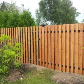 Комбинированное расположение штакетин на садовом заборе