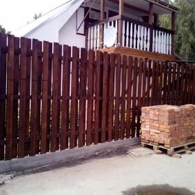 Красный кирпич а деревянных поддонах