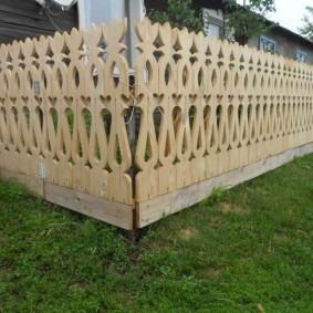 Декоративный забор из штакетника с резьбой