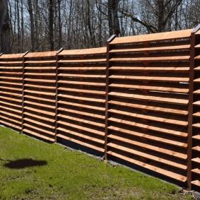 Забор-жалюзи из досок толщиной в 30 миллиметров