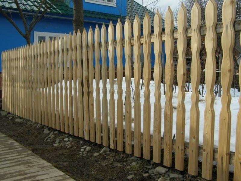 Забор из деревянного штакетника картинки