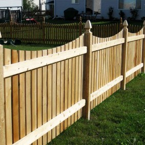 Забор из штакетника на деревянных столбах