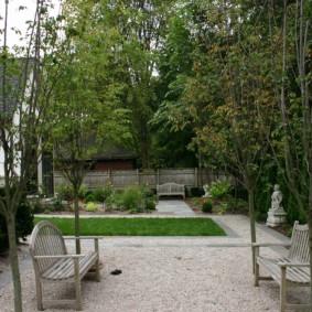 Скамейки из дерева в ландшафте сада