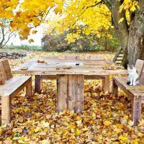 Деревянная мебель в осеннем саду