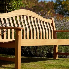 Классическая скамейка из дерева на тонких ножках