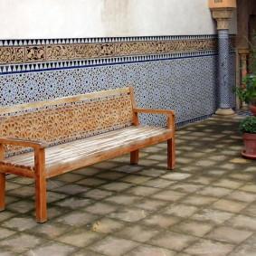 Низкая скамейка в восточном стиле