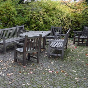 Старая садовая мебель из натурального дерева