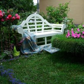Белая скамейка в ландшафтном дизайне