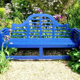 Красивая скамейка из окрашенного дерева
