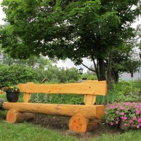 Садовая скамейка из толстых бревен