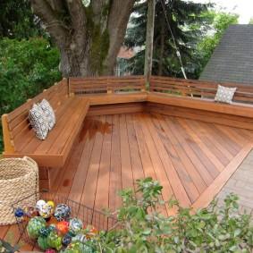 Деревянная площадка для семейного отдыха в саду