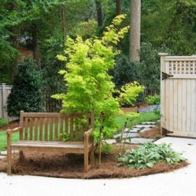 Небольшая скамейка на садовом участке