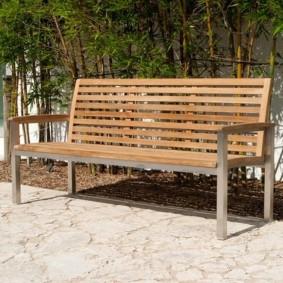 Деревянная скамейка на каркасе из профильных труб