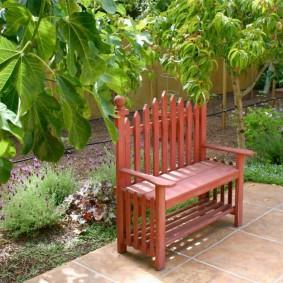 Узкая скамеечка из деревянных реек