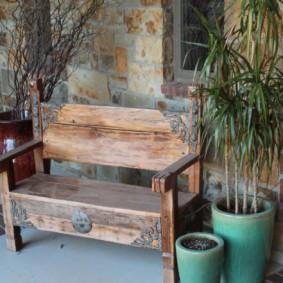 Деревянная скамеечка с кованным декором